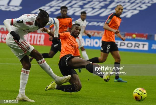 Lyon's Zimbabwean forward Tino Kdewere shoots at goal as Reims' Ivorian defender Ghislain Konan tries to stop him during the French L1 football match...