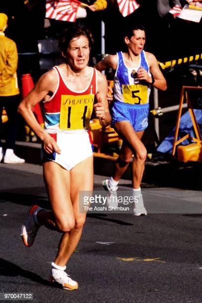 Lyubov Klochko of Soviet Union leads to Aurora Cunha of Portugal in the 11th Tokyo International Women's Marathon on November 19 1989 in Tokyo Japan