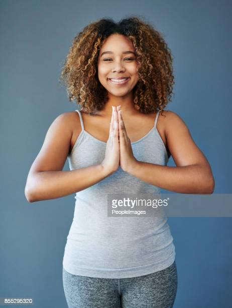 je suis toujours prête à certains yoga - bonne posture photos et images de collection