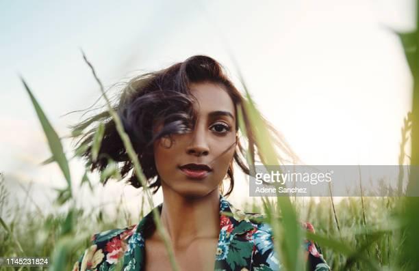 je suis bien d'être différent - femme arabe photos et images de collection