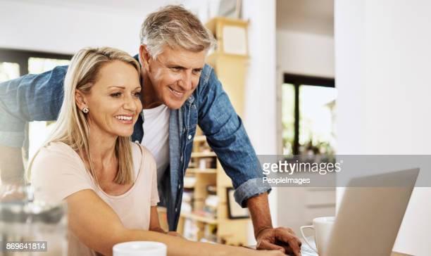 ik ben blij dat je nam mijn advies over het starten van een blog - ouder volwassenen koppel stockfoto's en -beelden