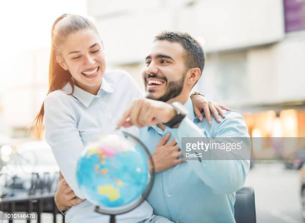 vou levá-lo ao redor do mundo. - world kindness day - fotografias e filmes do acervo