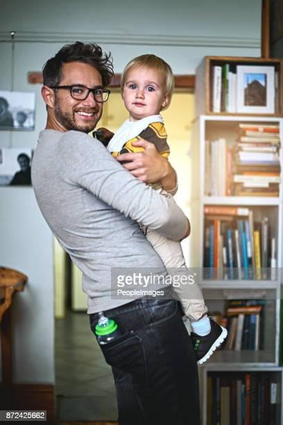 mantengo el tesoro más preciado de la vida - padre soltero fotografías e imágenes de stock