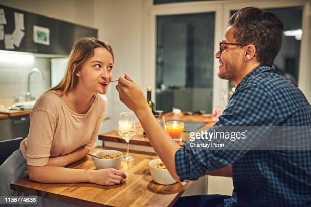 i'm not sure if i trust your cooking - cena foto e immagini stock