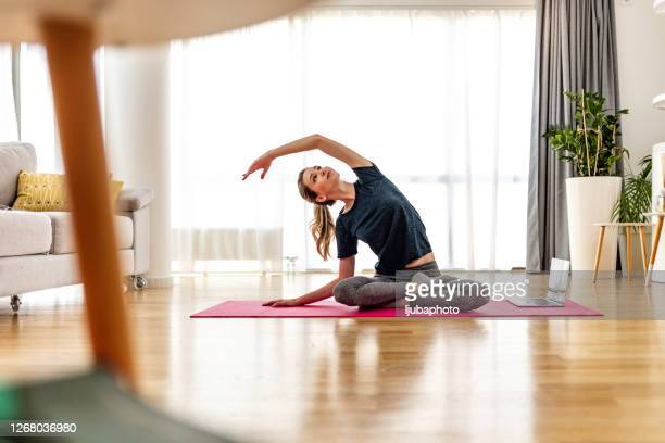 ich bin auf dem weg, mich selbst zu finden - yoga stock-fotos und bilder