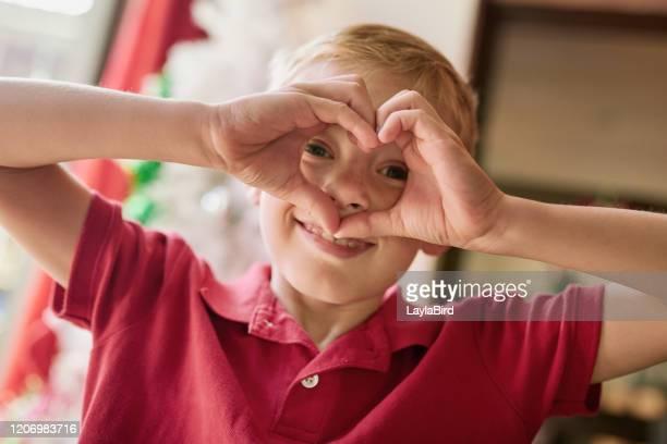 oggi sto diffondendo amore e felicità nel mondo - esprimere a gesti foto e immagini stock