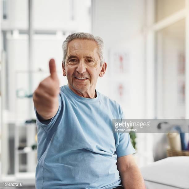 ik ben goed op weg naar een betere gezondheid - duim omhoog stockfoto's en -beelden