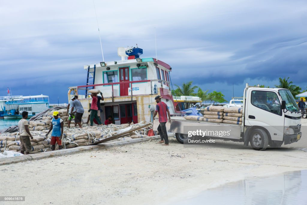 Maafushi Insel Port, Entladung Baustoff auf Klein-LKW im April, Malediven : Stock-Foto