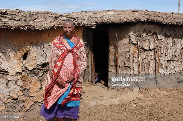 tribo de maasai mulheres em pé na frente de casa de lama - gravidas africanas imagens e fotografias de stock
