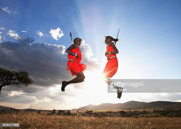 maasai tribesmen jumping, maasai mara, kenya - hugh sitton stock pictures, royalty-free photos & images