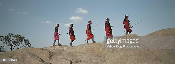 maasai tribesmen walking along ridge, kenya - tribus africanas fotografías e imágenes de stock
