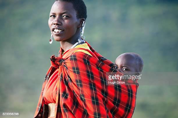 maasai woman with her baby - hugh sitton - fotografias e filmes do acervo