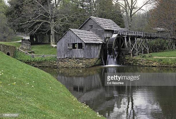 mabry mill, blue ridge parkway. virginia. gristmill & sawmill operated from 1910-1935. - mulino ad acqua foto e immagini stock