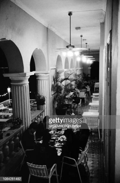 Macao Janvier 1988 Clientèle dînant à une terrasse de l'Hôtel Bela Vista