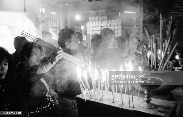 Macao Janvier 1988 Des fidèles allumant des cierges dans une église
