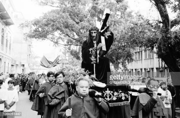 Macao Janvier 1988 Religieux portant un Christ lors d'une procession jésuite