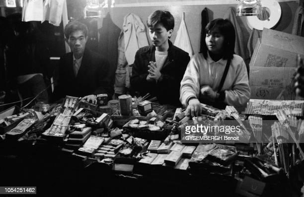 Macao Janvier 1988 Trois macanais vendant des feux d'artifices à l'occasion d'une fête