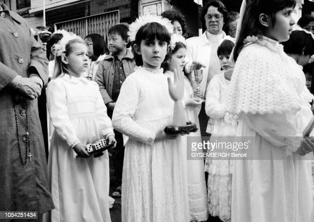 Macao Janvier 1988 Un groupe de petites filles marchant en robe de communion lors d'une fête religieuse