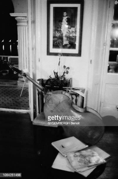 Macao Janvier 1988 Un violoncelle et des partitions posés dans un salon de l'Hôtel Bela Vista