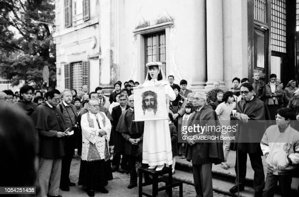 Macao Janvier 1988 Une procession jésuite où une chinoise est habillée en sainte Véronique tenant le SaintSuaire dans les mains