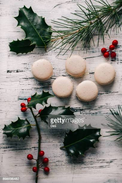 macaroons with pine and holly branches - houx photos et images de collection