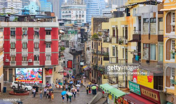 中国、マカオ sar - 曇り、ぬれた、雨の朝の歴史的なダウンタウン地区 - マカオ ストックフォトと画像