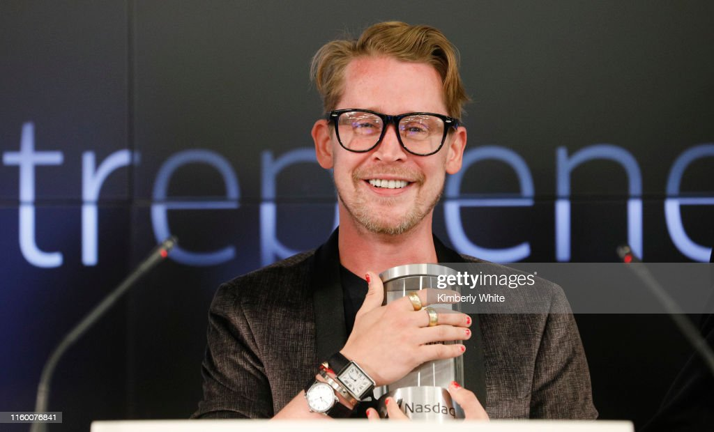 Macaulay Culkin and Stewart Miller, co-founders of Lifestyle Media Bell Ringers of the Nasdaq Closing Bell from the Nasdaq Entrepreneurial Center in San Francisco, joined by the Graduating Class of the Lehigh Startup Academy : News Photo