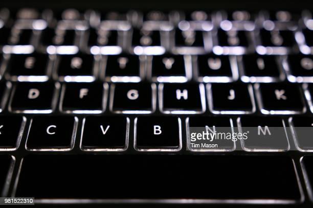 macbook pro led backlit keyboard - klaverin och tangentinstrument bildbanksfoton och bilder