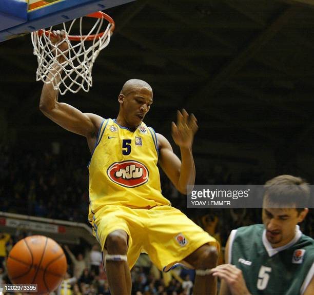 Maccabi Tel Aviv's Baston Maceo finishes a dunck 15 January 2004 as Slovinia's Karka Novo Mesto's Gnjidic Boris protects himself, during the...