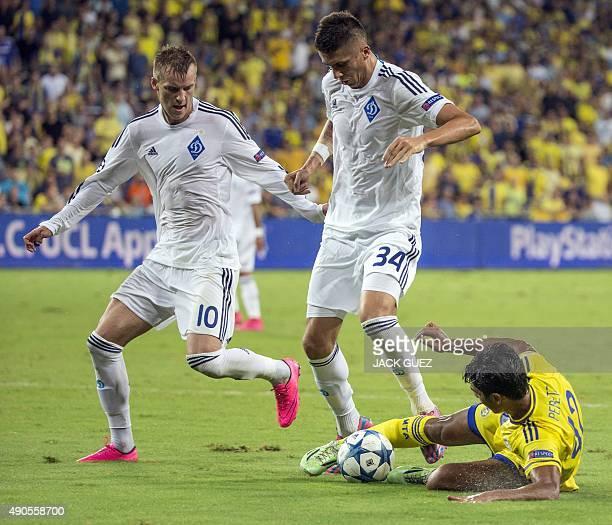 Maccabi Tel Aviv's Israeli midfielder Dor Peretz vies against Dynamo Kyiv's Ukrainian defender Yevhen Khacheridi during the UEFA Champions League,...