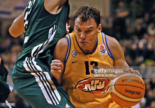 Maccabi Tel Aviv's Lithuanian player Sarunas Jasikevicius vies with an unidentified Villeurbanne's player 18 November 2004 at the Astroballe stadium...