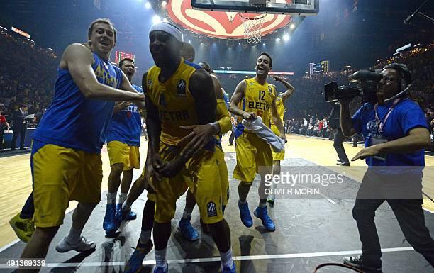 Maccabi Tel Avivs US guard Tyrese Rice celebrates with teammates after winning the Euroleague 2014 Final Four semifinal match CSKA Moscow vs Maccabi...
