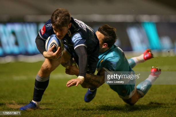 MacGinty of Sale avoids a tackle from Francois Hougaard of Worcester during the Gallagher Premiership Rugby match between Sale Sharks and Worcester...