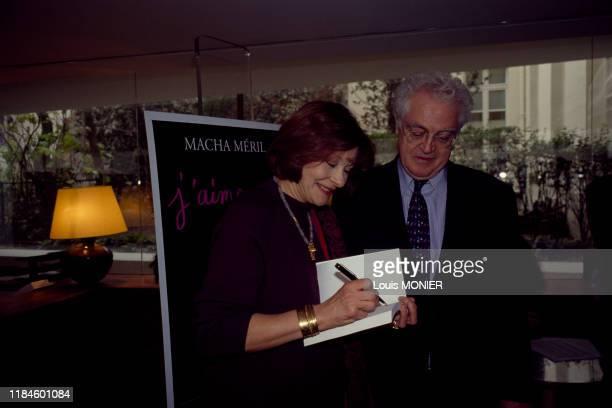 Macha Méril dédicace son livre 'J'aime pas' au Premier Ministre Lionel Jospin en novembre 1997, France.