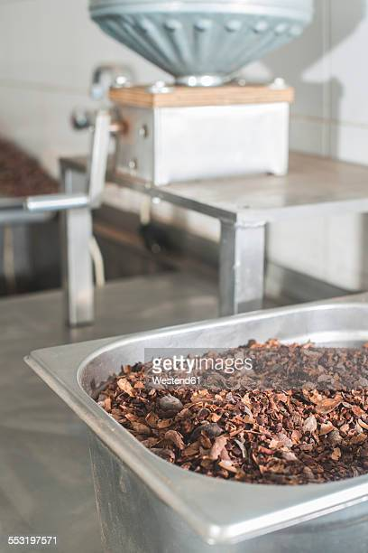 Machine for grinding cocoa, ground cocoa in a bowl