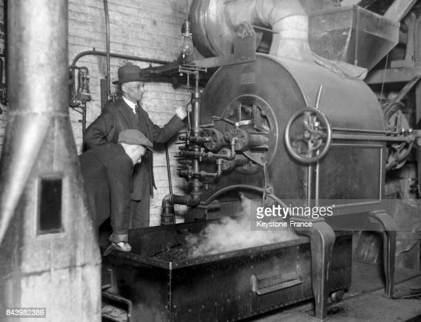 Machine torréfiant les grains de café dans la brûlerie de café Sterling Mills à New York EtatsUnis