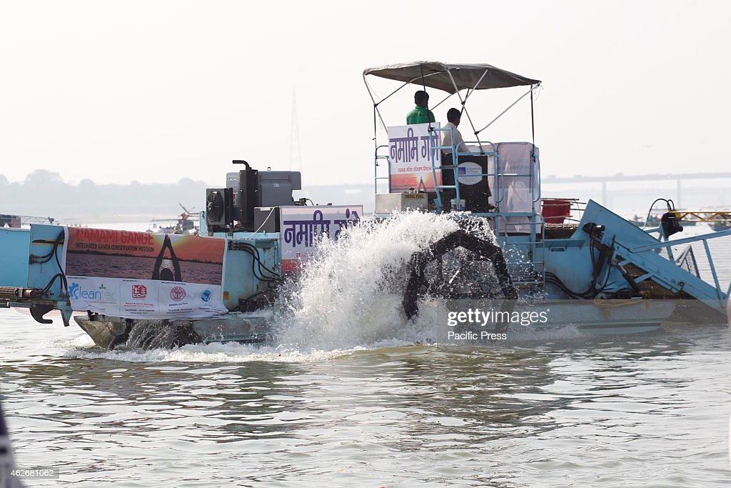A machine use to clean the pollution in the  River Ganga... : ニュース写真