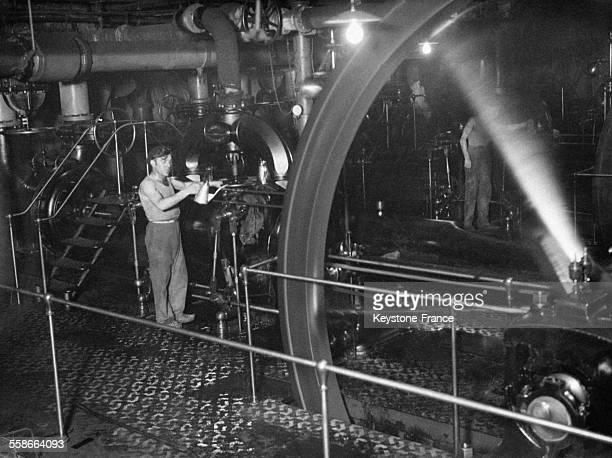 Machine à vapeur fournissant l'air comprimé servant au tubes pneumatiques à Paris, France en 1931