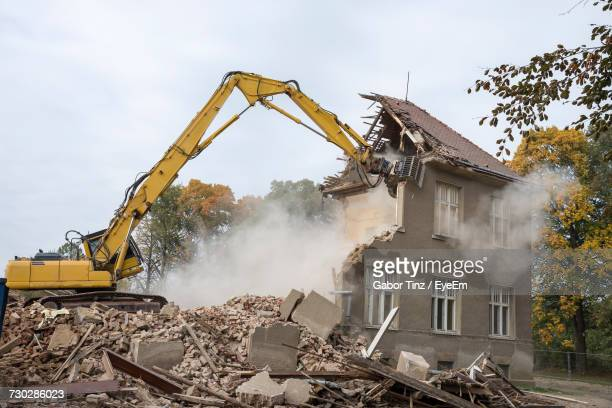 machinery demolishing building - demolishing stock pictures, royalty-free photos & images