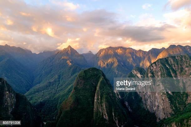 machu picchu sunset, cusco region, urubamba province, peru - paisajes de peru fotografías e imágenes de stock