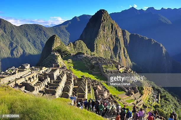 machu picchu with tourists - machu picchu foto e immagini stock