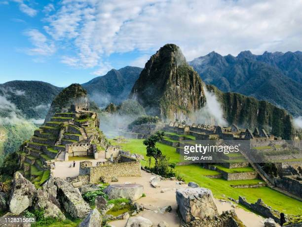 machu pichu and huayna picchu in the morning clouds - südamerika stock-fotos und bilder