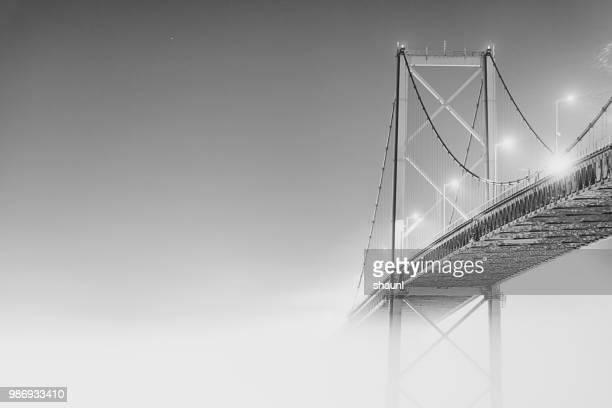 ponte de mackay no nevoeiro - ponte - fotografias e filmes do acervo