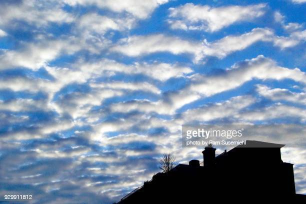 mackerel sky, altocumulus clouds, over rooftop - altocumulus stockfoto's en -beelden