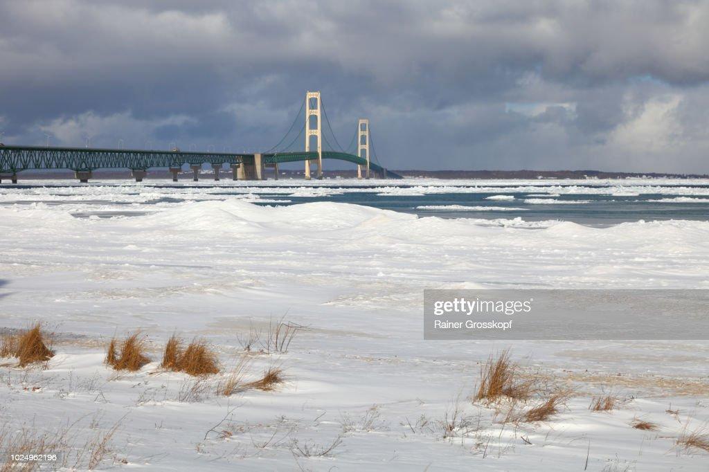 Mackinac Bridge crossing Mackinac Straits in winter : Stock-Foto