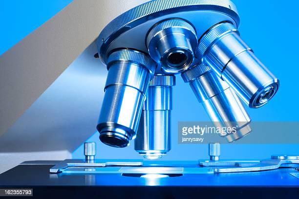 Makro von Mikroskop mit Wasserrutsche