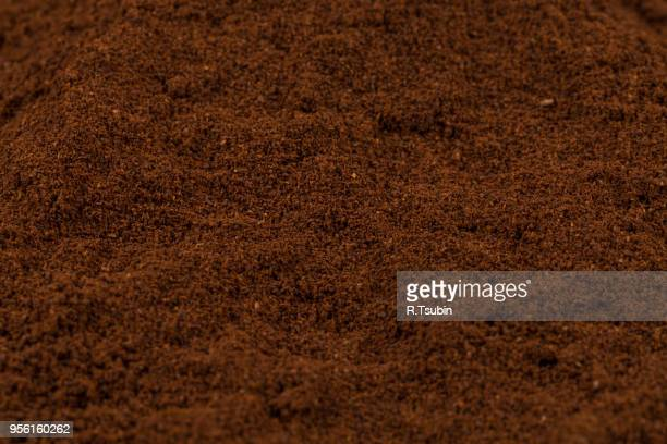 macro shot of heap of ground coffee close-up - café moulu photos et images de collection
