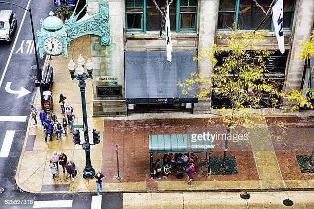 macy's and bus stop, state street, chicago - macy's - fotografias e filmes do acervo