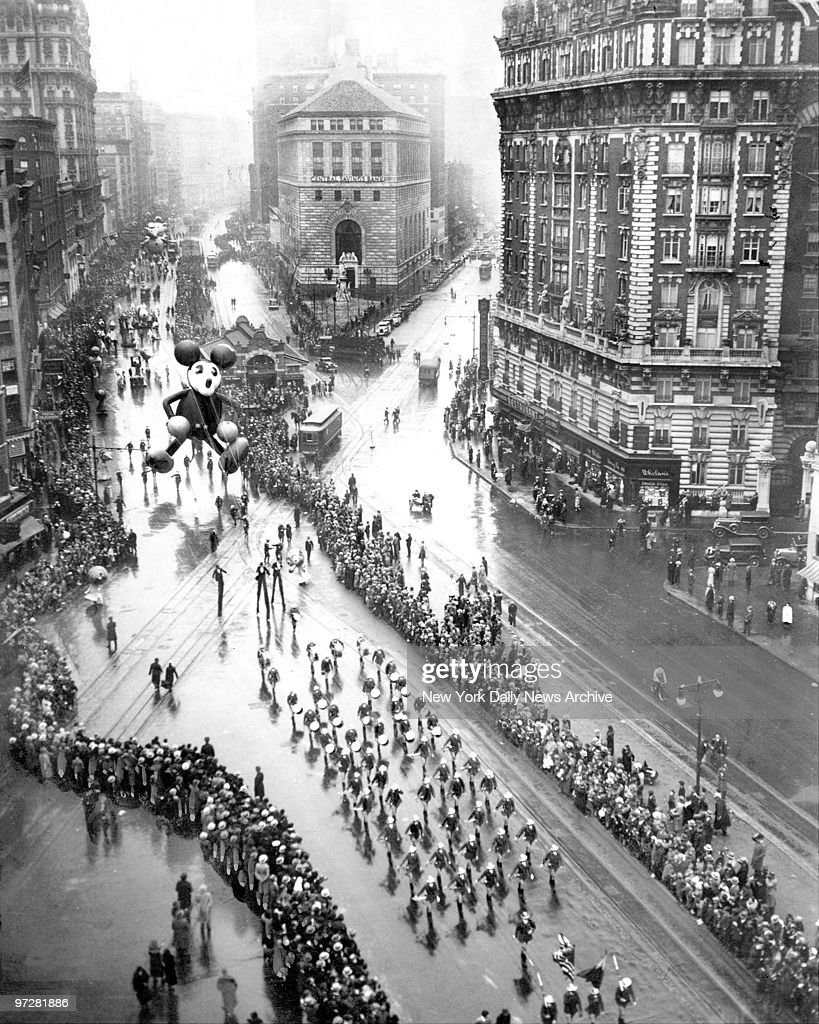 Macy's Thanksgiving Day parade down Broadway from 110th St.  : News Photo