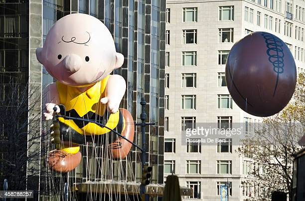 macy's thanksgiving day parade, peanuts charlie brown balloon - thanksgiving parade stock photos and pictures